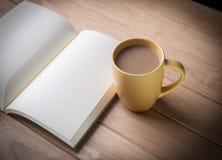 Кофейная чашка с тетрадями. Стоковая Фотография RF