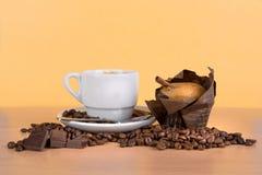 Кофейная чашка с фасолями и булочкой Стоковое фото RF