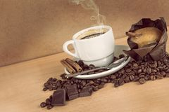 Кофейная чашка с фасолями и булочкой Стоковая Фотография RF