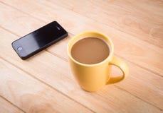 Кофейная чашка с хлебом и положенная дальше таблице. стоковое фото rf