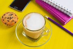 Кофейная чашка утра с тортом и тетрадями на таблице Стоковое фото RF