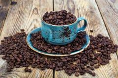 кофейная чашка фасолей вполне установила нержавеющую сталь ложки поддонника Стоковые Фотографии RF