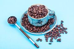 кофейная чашка фасолей вполне установила нержавеющую сталь ложки поддонника Стоковое Изображение
