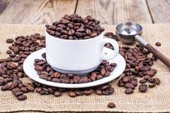 кофейная чашка фасолей вполне установила нержавеющую сталь ложки поддонника Стоковые Изображения