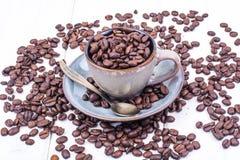 кофейная чашка фасолей вполне установила нержавеющую сталь ложки поддонника Стоковое Фото