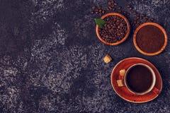 Кофейная чашка, фасоли, земной порошок и сахар Стоковые Изображения RF