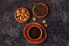 Кофейная чашка, фасоли, земной порошок и сахар Стоковые Фотографии RF
