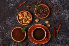 Кофейная чашка, фасоли, земной порошок и сахар Стоковое фото RF