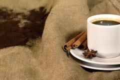 Кофейная чашка, фасоли и земной порошок на предпосылке увольнения, взгляд сверху Стоковые Изображения RF