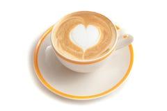 Кофейная чашка формы сердца искусства latte на белой изолированной предпосылке Стоковое фото RF