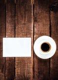 Кофейная чашка эспрессо и пустая визитная карточка на деревянном столе Whi Стоковое Изображение RF