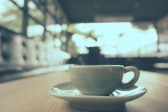 Кофейная чашка эспрессо на деревянной таблице (Фильтрованный v обрабатываемый изображением Стоковое Изображение RF