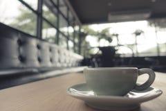 Кофейная чашка эспрессо на деревянной таблице (Фильтрованный v обрабатываемый изображением Стоковая Фотография