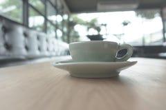Кофейная чашка эспрессо на деревянной таблице (Фильтрованный v обрабатываемый изображением Стоковое Фото