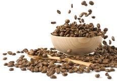 кофейная чашка beansin зажарила в духовке деревянное Стоковое Изображение