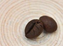 2 кофейного зерна на табуретке дерева Стоковое фото RF