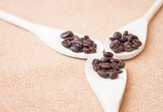 Кофейное зерно жаркого в ложках Стоковое Изображение
