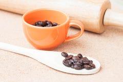 Кофейное зерно жаркого в чашке Стоковое Фото