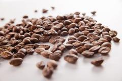 Кофейное зерно над белой предпосылкой черный кофе стоковые изображения