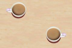 2 кофейной чашки на деревянной плите Стоковые Изображения RF