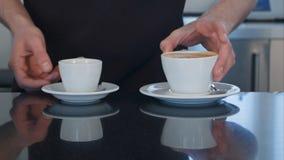 2 кофейной чашки подготовленной на столе Стоковое фото RF