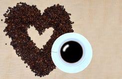 Кофейные зерна белой чашки кофе и в форме сердца Стоковые Изображения
