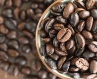 Кофейные зерна взгляд сверху в кофейной чашке Стоковые Фото
