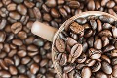 Кофейные зерна взгляд сверху в кофейной чашке Стоковые Изображения