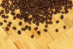 Кофейные зерна взгляд сверху на предпосылке weave Стоковое Изображение RF