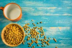 Кофейные зерна взгляд сверху сырцовые на деревянном столе Стоковые Изображения RF
