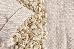 Кофейные зерна винтажного тона сырцовые на древесине запачкали предпосылку Стоковое Изображение RF