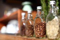 Кофейные зерна внутри ясной бутылки, нерезкости b вопроса фокуса только Стоковые Фото