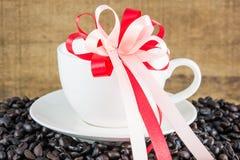 Кофейные зерна в белой чашке стоковое изображение