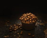 Кофейные зерна в винтажном шаре на влиянии темной предпосылки винтажном вводят изображения в моду стоковые изображения rf