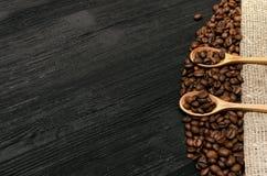 Кофейные зерна в деревянных ложках стоковая фотография rf
