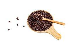 Кофейные зерна в деревянной плите стоковая фотография rf