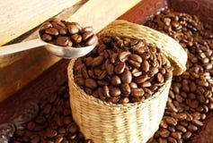 Кофейные зерна в корзине. Стоковые Фото