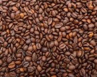 Кофейные зерна в куче Стоковое Фото