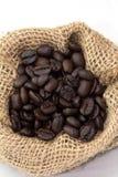 Кофейные зерна в мешке Стоковые Изображения RF