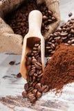 Кофейные зерна в мешке. Стоковое Изображение