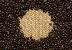 Кофейные зерна в предпосылке бамбука и ротанга. Стоковые Изображения RF
