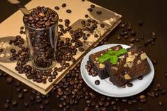 Кофейные зерна в стекле с пирожным гайки макадамии шоколада - dar Стоковое Фото