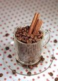 Кофейные зерна в стеклянной чашке Стоковое фото RF