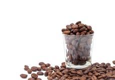 Кофейные зерна в стеклянной съемке Стоковое фото RF