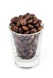 Кофейные зерна в стеклянной съемке Стоковые Фото