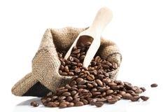 Кофейные зерна в сумке с деревянной ложкой. Стоковые Фотографии RF