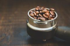 Кофейные зерна в таблетке кофе Уклад жизни и год сбора винограда Stil Стоковое Изображение