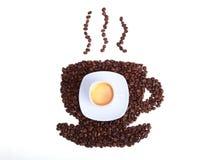 Кофейные зерна в форме чашки кофе на белой предпосылке Стоковое Изображение