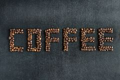 Кофейные зерна делая кофе слова стоковое изображение