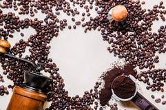 Кофейные зерна, деревянный точильщик, portafilter, взгляд сверху трамбовки на белой предпосылке стоковые изображения rf